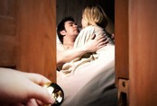 Phát hiện vợ và em họ lên giường với nhau, 10 năm sau chồng bắt họ phải trả giá
