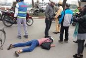 Hà Nội: Vừa ngã xuống đường, người phụ nữ tiếp tục bị xe máy tông trúng, kéo lê đi vài mét