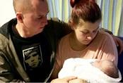 Cặp vợ chồng dành 18 ngày ở bên thi thể con trai 17 ngày tuổi