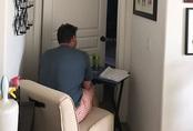 Chồng kê bàn ngồi đợi ngoài cửa phòng để vợ ung thư không cô đơn
