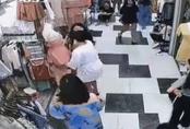 Tranh giành địa bàn, 2 hot girl bán hàng lao vào đánh nhau tan tác