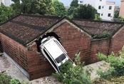 Ngôi đền cổ một tháng 2 lần bị ôtô đâm thủng tường