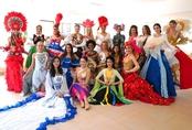 Đỗ Mỹ Linh diện áo tứ thân, duyên dáng bên các thí sinh Miss World