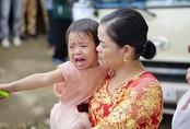 Em gái nhỏ khóc nức nở trong ngày chị đi lấy chồng
