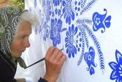 Cụ bà 90 tuổi lưng còng mắt kém vẫn mải mê tự vẽ trang trí tường nhà