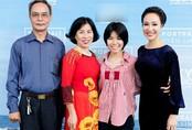 Bố mẹ và em gái tới mừng Uyên Linh ra album mới