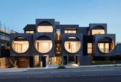 Cửa sổ cao hơn 3m khiến cả khu nhà nổi bật vì quá đặc biệt