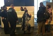 Người phụ nữ bị đuổi khỏi máy bay vì cho con bú
