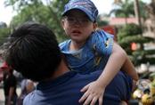 """Hà Nội: Cha mẹ ôm con bật khóc trong khoảnh khắc tiễn trẻ nhỏ đi """"lính"""""""
