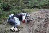 Nhìn cảnh cô giáo trẻ ngã sõng soài trên đường bùn đất mới hiểu nỗi khổ của giáo viên vùng cao