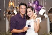 Bạn trai kém tuổi liên tục hôn Lê Phương ở sự kiện