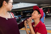 Con trai Jennifer Phạm cùng dì xinh đẹp ra sân bay đón mẹ