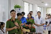Sinh viên cảnh sát hát tặng 20/10 khiến nhiều bệnh nhân bật khóc
