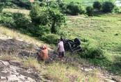Xe công nông bị tàu hỏa kéo lê gần 400m, tài xế kịp nhảy thoát thân