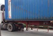 Thi thể nam thanh niên kẹt chặt dưới gầm xe container sau va chạm kinh hoàng