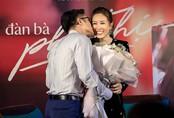 Bạn trai kém tuổi ôm eo, hôn má Hoa hậu Thu Hoài