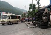 Mất phanh, xe container đâm vào đuôi xe khách khiến 2 người thương vong