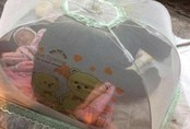 Bé gái 1 tháng tuổi phải đắp chăn nằm vỉa hè chợ Đồng Xuân: Gia đình muốn đón nhưng người mẹ đều bỏ trốn