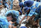 Người dân Nha Trang đau xót dựng bàn thờ chung cho những nạn nhân đã khuất sau trận lũ và sạt lở lịch sử