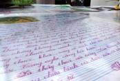 Phát khóc nhìn con học thuộc lòng bài văn để thi