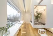 """Ngôi nhà chỉ 48m² có khoảng xanh cực bắt mắt với phòng khách """"treo lơ lửng"""""""