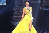 Màn hất váy khoe đùi của H'hen Niê trong đêm bán kết Miss Universe khiến fan phát sốt