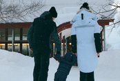 Con trai Angelababy - Huỳnh Hiểu Minh lần đầu được bố mẹ đưa đi trượt tuyết