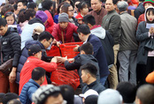 10.000 người chuyền tay phóng sinh hơn 5 tấn cá ở Hà Nội