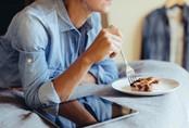 Điểm mặt 5 thói quen xấu vừa làm béo bụng, vừa gây hại cho sức khoẻ
