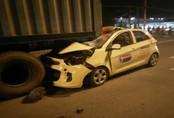 Taxi tông đuôi container dừng giữa đường, tài xế tử vong