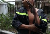 Ứa nước mắt trước hình ảnh bàn tay trợt da của chiến sĩ PCCC trong vụ cháy chung cư Carina Sài Gòn