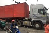 Người dân giải cứu nữ công nhân bị xe container cán nát 2 chân
