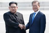 Cái nắm tay chặt đầy xúc động của Tổng thống Moon Jae-in và Chủ tịch Kim Jong-un