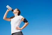Uống nước trong khi đứng gây hại cho sức khỏe thế nào?