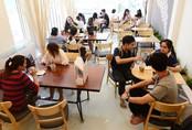 Cho khách ngồi giữa hồ cá, kiểu hút khách mới của quán cà phê Sài Gòn