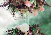 Đèn chùm bằng hoa tươi rực rỡ sắc màu làm duyên cho ngôi nhà của bạn