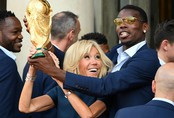 """Khoảnh khắc thú vị: Phu nhân Tổng thống Pháp """"cướp"""" cúp vàng từ tay các cầu thủ"""