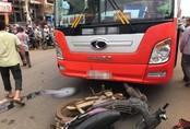 Người thân khóc ngất bên thi thể cụ ông chết thảm dưới bánh xe khách vì qua đường bất cẩn