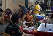 Quán cháo bán giờ 'độc' xuyên đêm 45 năm trong hẻm dành cho 'cú đêm' Sài Gòn