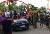 Người đàn ông treo cổ trước cổng trường tiểu học