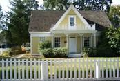 Quên hàng rào bằng kim loại hay bằng bê tông kiên cố đi, hàng rào trắng sẽ khiến nhà bạn trở nên lãng mạn