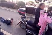 Mẹ trói tay con trai vào xe máy kéo lê trên đường vì tội nghịch