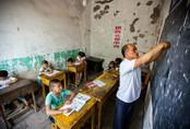 Cụt ngón tay, thầy giáo Trung Quốc vẫn dành cả đời cầm phấn