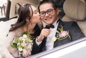 Khoảnh khắc ngọt ngào trong đám cưới của NSND Trung Hiếu ở tuổi 46 với bà xã kém gần 2 con giáp
