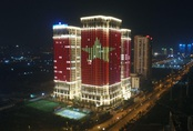 Hàng loạt cao ốc của Sunshine Group nhuộm đỏ quốc kỳ, cổ vũ Việt Nam trước trận CK SEA Games 30