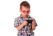 Dùng điện thoại quá mức ảnh hưởng đến con thế nào...