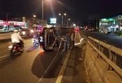 Xe Mercedes E250 hơn 2 tỷ đồng lật trên phố Sài Gòn, nhiều người thoát chết trong gang tấc