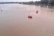 Mặc người đi đường la hét, nam thanh niên vẫn lao xuống sông Sài Gòn