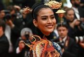 """Khác hẳn với hình ảnh """"tức mắt"""" của Ngọc Trịnh, Á hậu Trương Thị May kín đáo mà vẫn nổi bật tại LHP Cannes"""