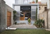 """Ngôi nhà có mặt tiền làm bằng nhựa kết hợp cùng chất liệu """"đặc biệt"""" giúp gia chủ thu nhiệt và chống nắng"""
